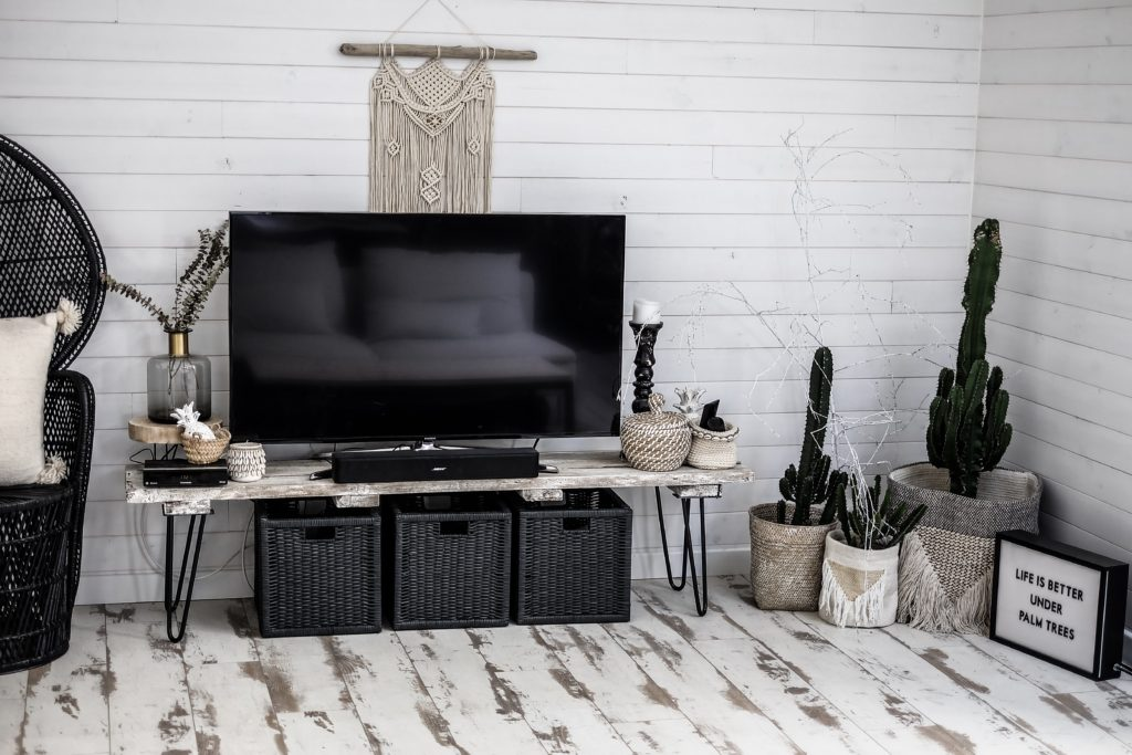 comment customiser un meuble tv avec des pieds ripaton. Black Bedroom Furniture Sets. Home Design Ideas