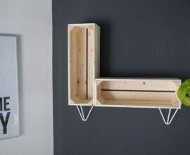 Etagère DIY réalisée avec caisse en bois et pied Ripaton