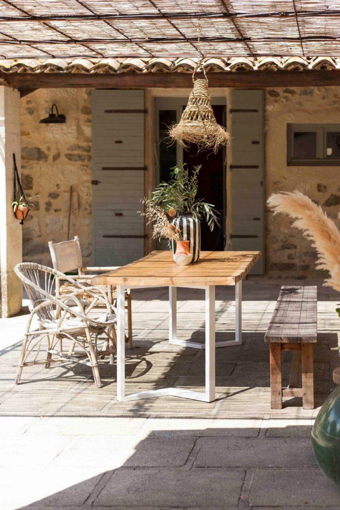 image montrant une table à manger avec un plateau de bois et des pieds malicieux