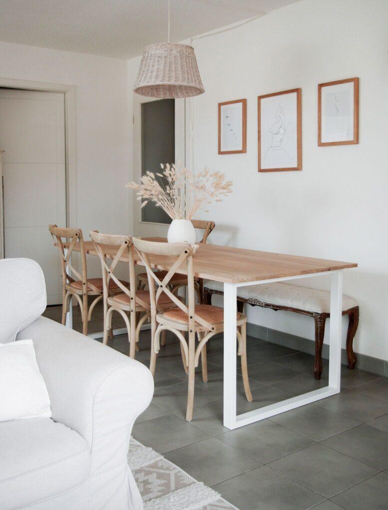 exemple de table à manger avec plateau en bois brut et des pieds intrepide en acier blanc