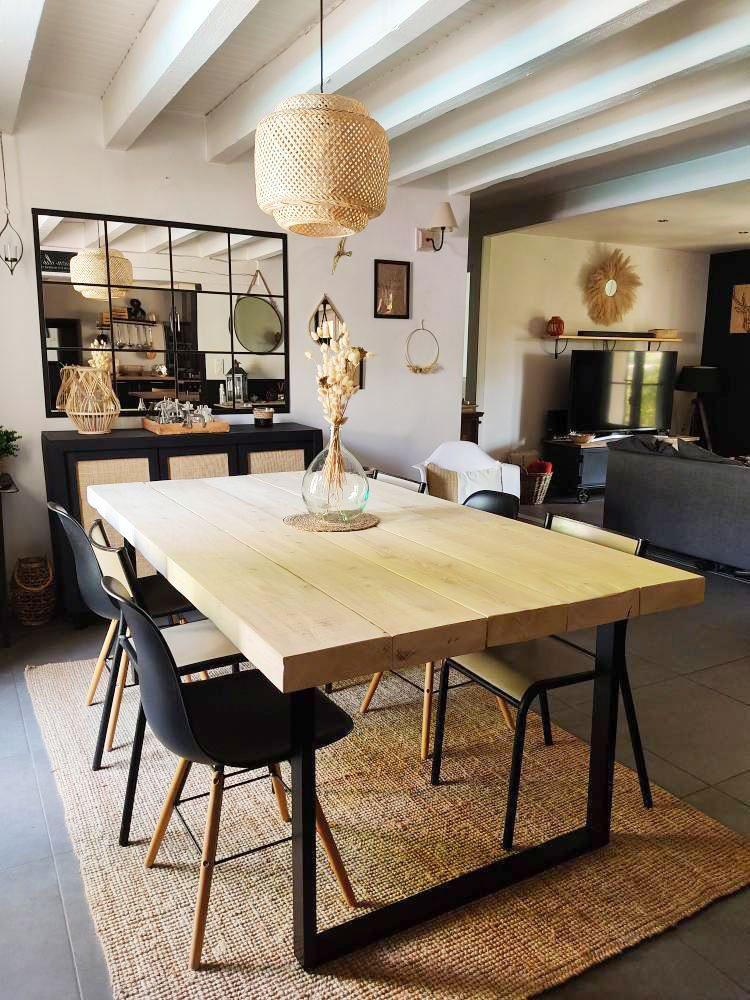 exemple de table à manger avec des planches de bois et des pieds en acier noir