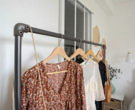 photo portant à vêtements dans chambre