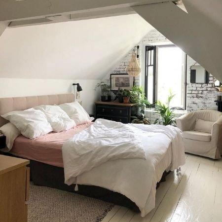photo chambre avec plancher peint en blanc
